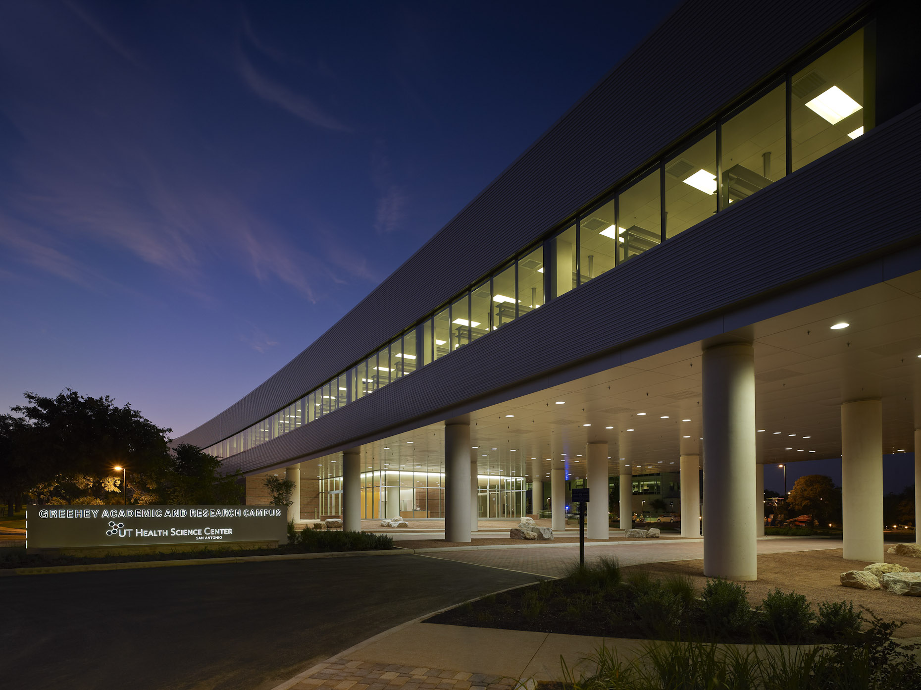 UTHSC San Antonio South Texas Research Facility (STRF) by Rafael Viñoly Architects photographed by Brad Feinknopf based in Columbus, Ohio